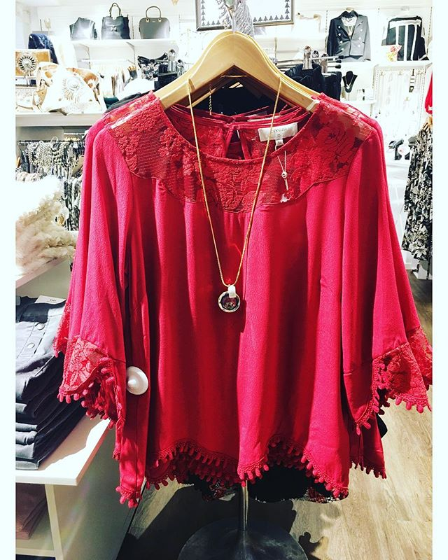 Ny julig blus från @cream_dkcompany @cream_sverige i härlig röd färg ️ #holidays #christmas #christmaspresent #tintino #tintinofashion #fashionista #fashionlove #fashionstore #gothenburg #blouse #christmasfashion #cream #red