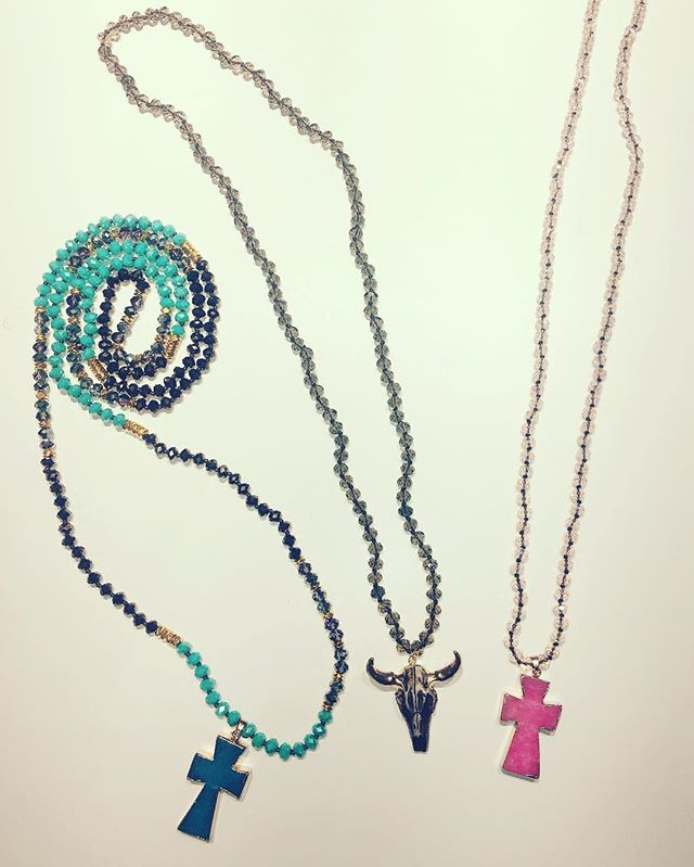 Nya halsband från @loveforeverchic i härliga färger som gör att man längtar efter värmen och solen️ välkommen in, öppet idag 11-18 #necklace #fashionjewelry #jewelry #turquoise #pink #brown #statementjewelry #cross #fashionlover #addicted #to #fashion #tintino #tintinofashion #fashionstore #gothenburg