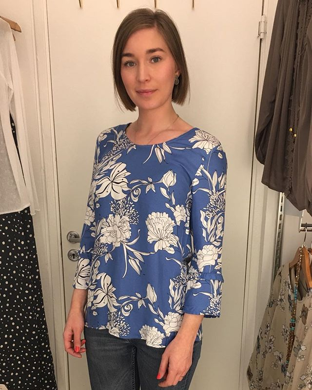 Fin blåvit mönstrad blus från @2biz #blus #blouse #fashion #lovefashion #springclothes #new #spring #feelings #instagood #instagram #inspo #blue #white #tintino #tintinofashion #fashionstore #gothenburg