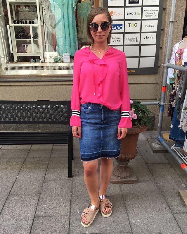 Bild1 jeanskjol från @2biz blus från @onetwoluxzuz_official skor från @creamclothing @cream_sverige bild2 blus från @sixtydays_ #blouse #blus #pink #blackandwhite #skirt #swedish #fashionstore #gothenburg #i #love #fashion #fashionista #instagood