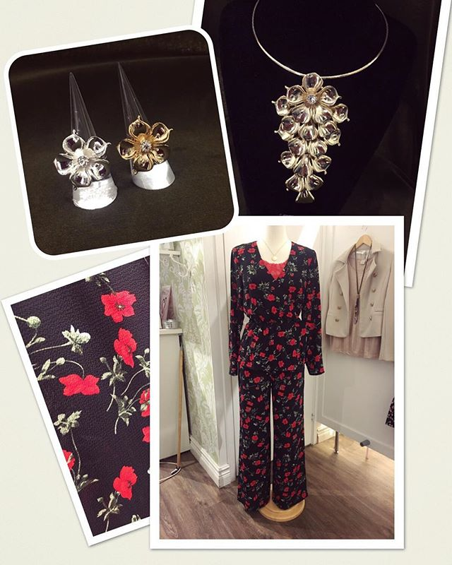 Nyheter från @ioaku & @byjolima_official Ringar i silver och guld. Halsband i guld. #flowers #flowerprint #print #aw #aw18 #window #fashionwindow #fashion #lovefashion #fashionlovers #red #black #necklace #fashionjewelry #jewlery #ring #silver #gold #fashionstore #gothenburg #tintino #tintinofashion