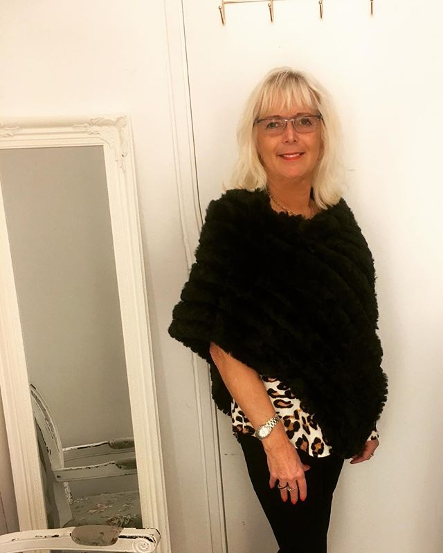 Fin poncho i fuskpäls från @soyaconcept #fakefaux #fakefur #black #tintino #tintinofashion #innerstadengbg #fashionclothing #aw #fashionaddict #aw18 #love #fashionlover